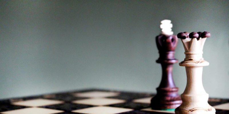 pionki szachowe na szachownicy